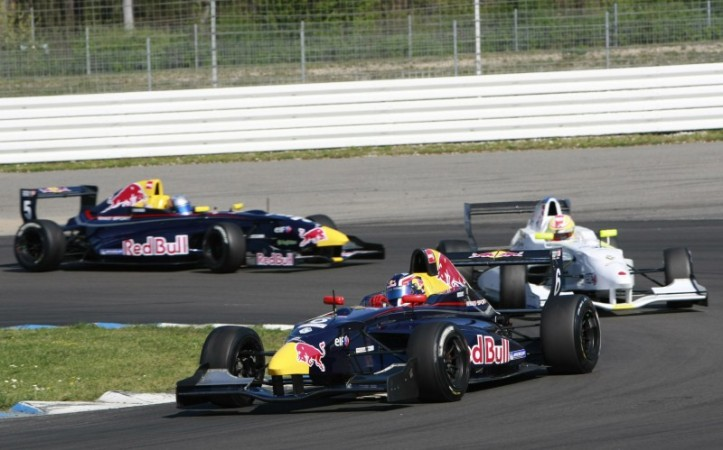 Kvyat ganó la primera carrera de la Formula Renault 2.0 NEC 2011. Lo persiguen Robin Frijns y Carlos Sainz Jr  (c) Chris Schotanus / Essay Produkties