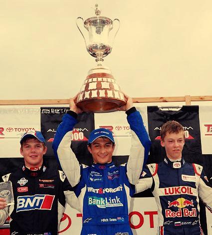 Evans ganó el New Zealand Grand Prix y se convirtió en el piloto más joven de la historia en hacerlo