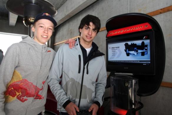 Sainz Jr y Kvyat, jugando al play 3. Marko los descarta debido a la juventud de los mismos