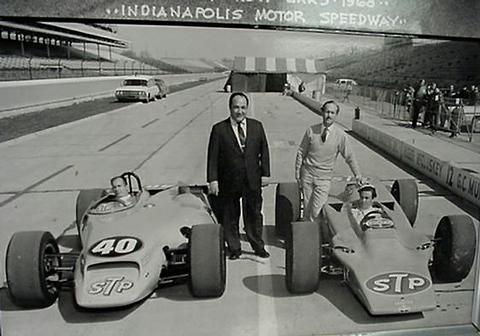Parnelli Jones (izq.) y Colin Chapman (der.) con sus respectivos bolidos STP turbinados, el Lotus 56 trascendió a la f1 con una variable, el 56b, que en manos de Emerson Fittipaldi logró un 8vo puesto en el inolvidable monza '71