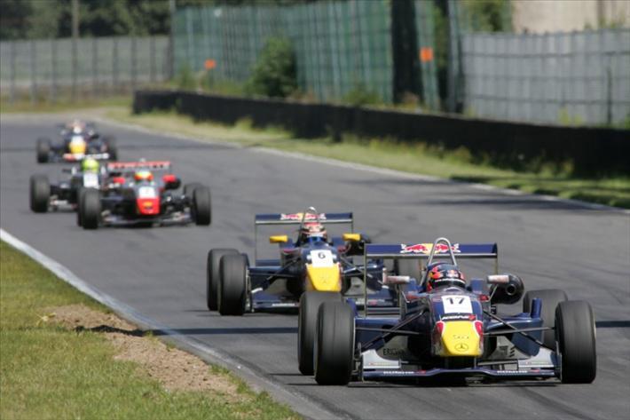FOTO: Jean-Karl Vernay (Signature) quedó P3 y Hartley (Mücke) P4 en el Masters Of F3 de 2007.