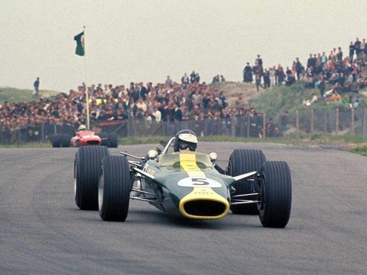 """Jim Clark con el Lotus 49 número """"5""""."""
