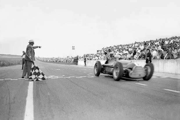 """Juan Manuel Fangio y la primera victoria del """"6""""."""