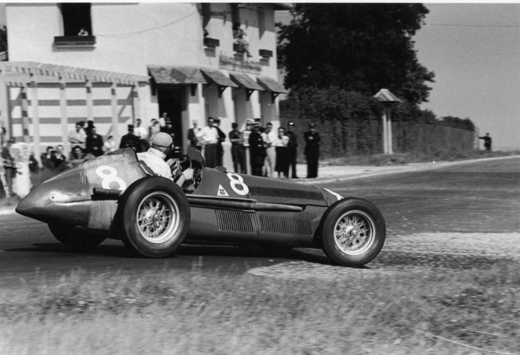 """Juan M. Fangio con el Alfa """"8"""" de Luigi Fagioli rumbo al a victoria"""