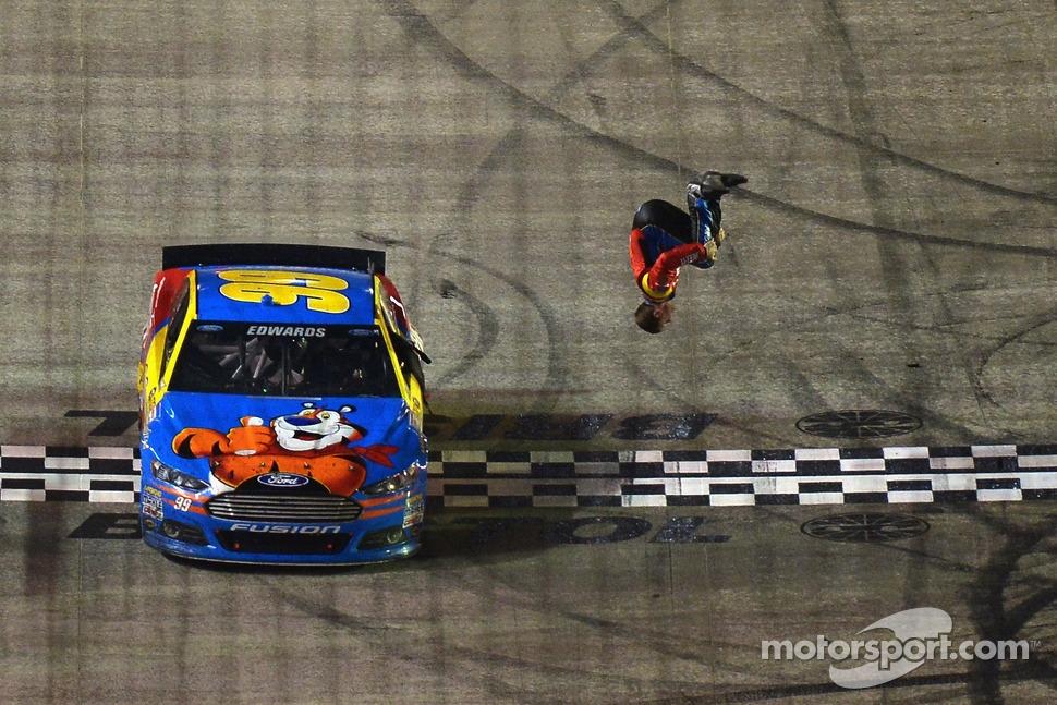 El salto de Carl Edwards para festejar su victoria.