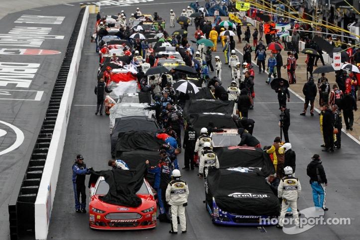 Los coches cubiertos en el carril de pits.
