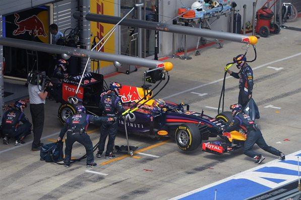 Otro abandono para Vettel, jornada negra para los autos de la bebida energética