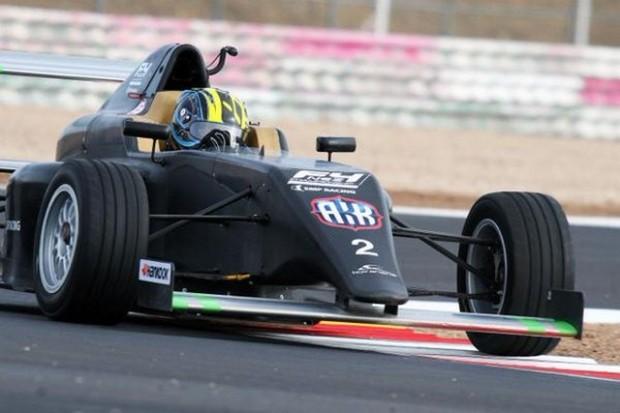 El campeón mundial de karting junior, Enaam Ahmed probando en los test de la SMP F4.